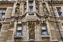 Façade De Collège Avec Statues à Cambridge, Angleterre