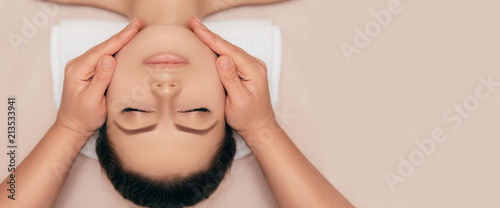 Obraz na plátně  High angle shot of a face beautiful young woman enjoying a beauty treatment at a