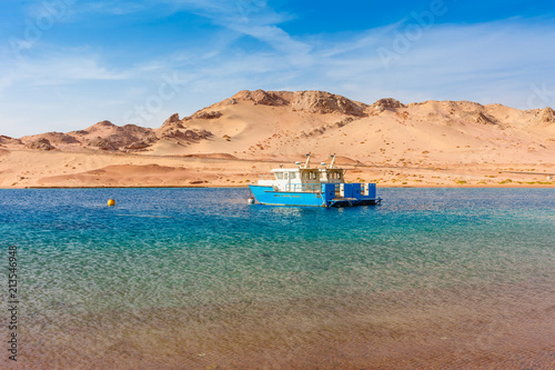 In de dag Egypte Red sea coast shore in the Ras Mohammed National Park. Famous travel destionation in desert. Sharm el Sheikh, Sinai Peninsula, Egypt.
