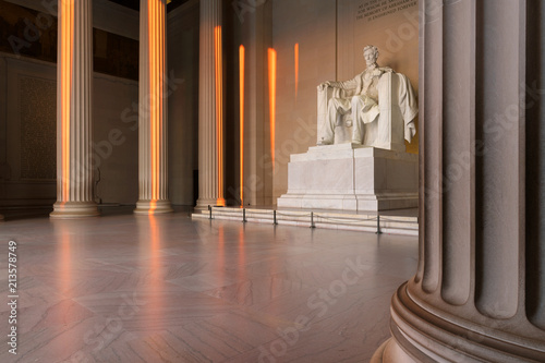In de dag Amerikaanse Plekken The Lincoln Memorial indoors at Sunrise on the National Mall in Washington DC