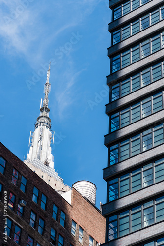 Fotografía  Low angle view of buildings against sky in Midtown of Manhattan