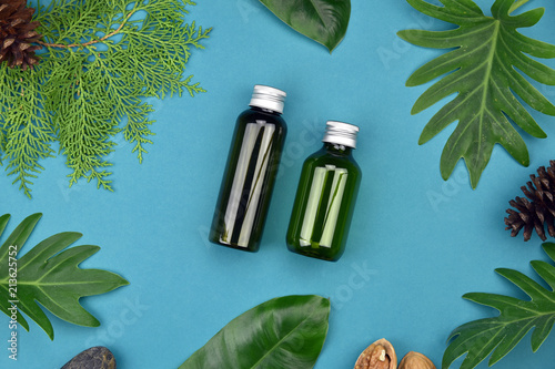 Fotografía  Cosmetic bottle containers on green herbal leaves background, Blank label for branding mock-up, Natural organic skincare beauty product concept