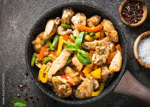 Tuinposter Klaar gerecht Chicken fried with vegetables.