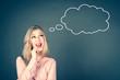 canvas print picture - Glückliche junge Frau träumt vor sich hin, Denkblase