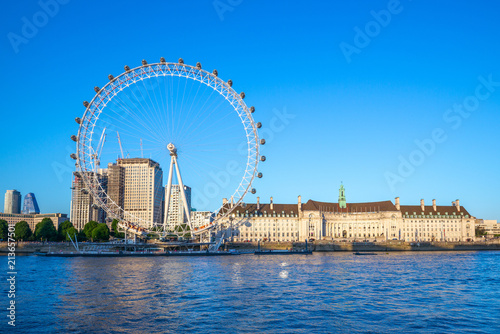 Fototapeta riverbank of thames river in london