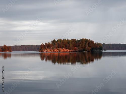 Fototapeta  Finnischer See an einem Regentag - die Sonne kommt heraus