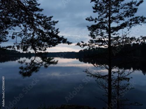 Foto op Canvas Zwart Finnischer See an einem Regentag - die Sonne kommt heraus