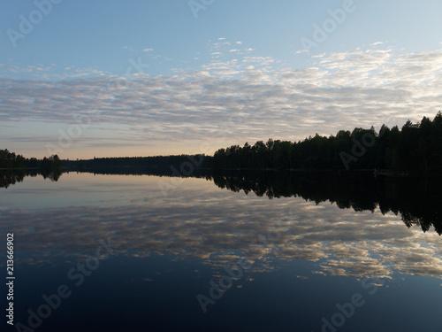 Fotografia, Obraz  Finnischer See an einem Regentag - die Abendsonne kommt heraus