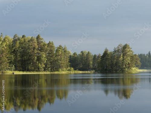 Photo  Finnischer See an einem Regentag - die Abendsonne kommt heraus