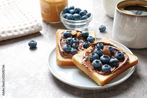 Fotografía Toast bread with blueberries and chocolate paste on table