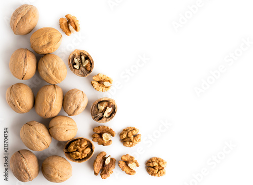 Cuadros en Lienzo  Walnut in shell and peeled scattered on a white