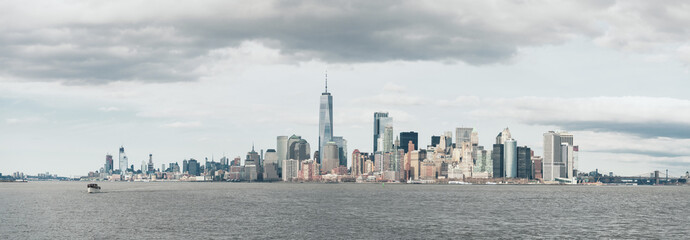Panel Szklany Panoramic view of cityscape by Hudson River against cloudy sky