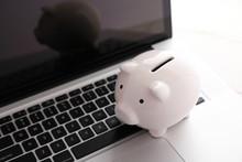 豚の貯金箱とパソコン