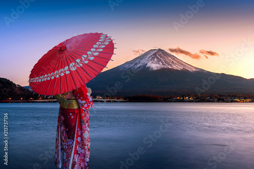Poster de jardin Lieu connus d Asie Asian woman wearing japanese traditional kimono at Fuji mountain. Sunset at Kawaguchiko lake in Japan.