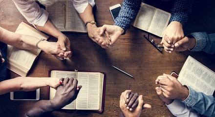Grupa ludzi trzyma ręki modli się cześć wierzy