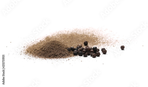 Deurstickers Aromatische Ground black pepper powder pile, with peppercorn grains isolated on white background