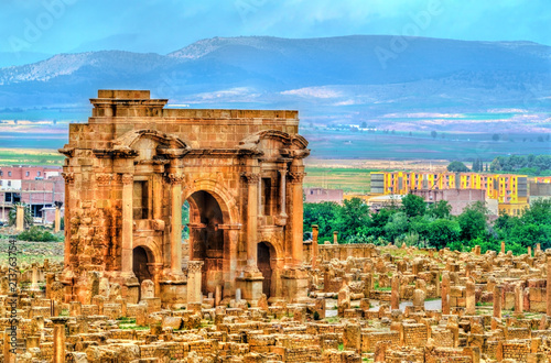 Poster Algérie Trajan Arch within the ruins of Timgad in Algeria.