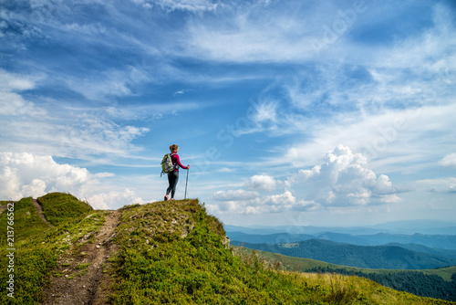 Foto  Young woman hiking in the mountains