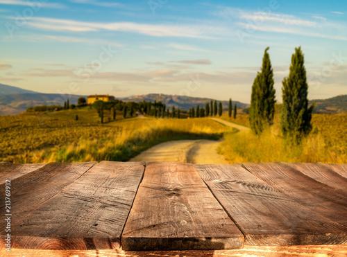 drewniane deski z włoskim krajobrazem na tle. Idealny do lokowania produktu