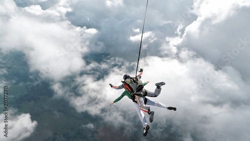 Spoed Fotobehang Luchtsport Skydiving tandem falling into the clouds