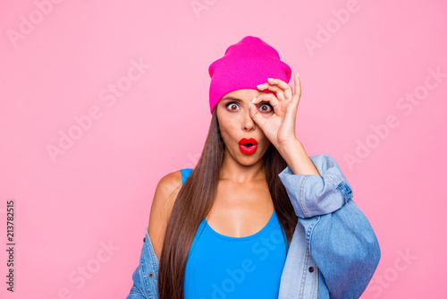 Fotografía I'm spy! Follow you! Close up photo portrait of funky pretty with opened mouth l