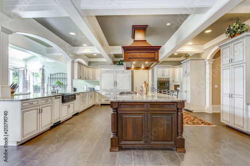 Photo Stunning kitchen room design with large bar style island.