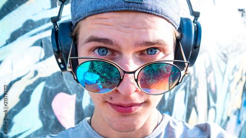 Photo sur Aluminium Magasin de musique Young man sunglasses headphones portrait