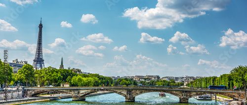 Fotografia Seine river with world famous Eiffel tower on the background