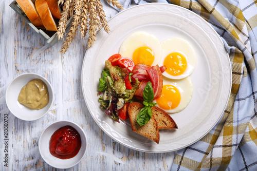 Staande foto Gebakken Eieren яичница с беконном,гренками и свежими овощами