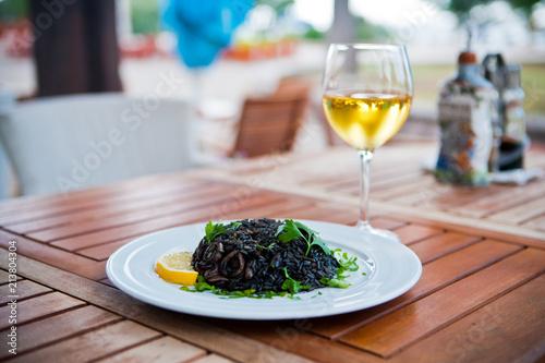 Fotografía  Черный ризотто с морепродуктами / Black risotto with seafood