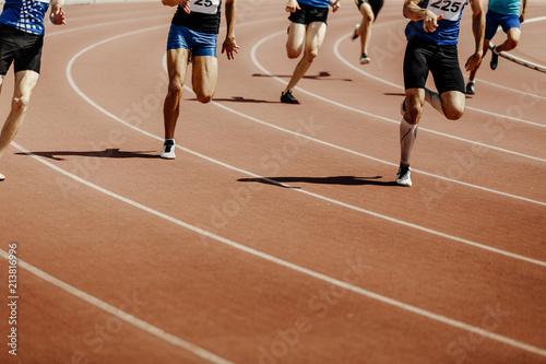 Fotografía legs group runners sprinter men race 200 meters in stadium