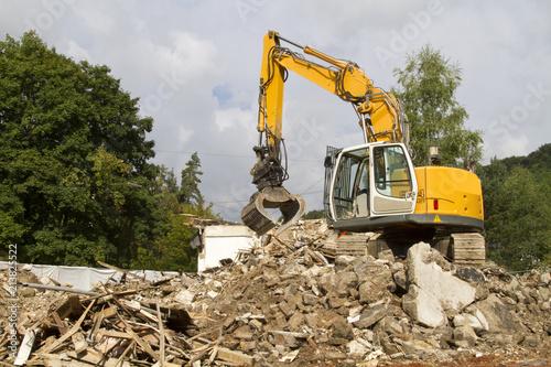 Fotografering Kran bei Abriss eines Mehrfamilienhauses
