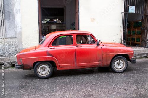 Türaufkleber Autos aus Kuba Schöner roter Oldtimer auf Kuba (Karibik)