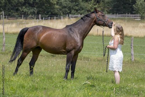 junge reiterin mit pferd  stockfoto  adobe stock
