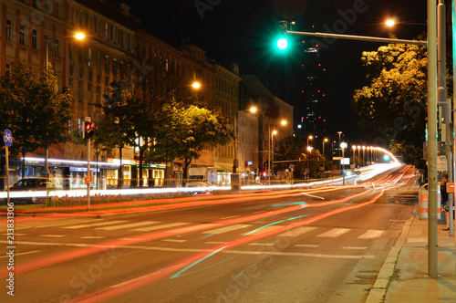 Plakat Lassallestraße w Wiedniu w kierunku Reichsbrücke w nocy. Długa ekspozycja z jasnymi paskami