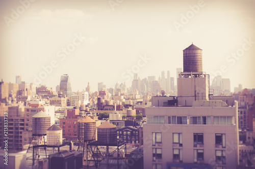 Montage in der Fensternische New York New York City Manhattan cityscape of buildings with vintage retro tone filter