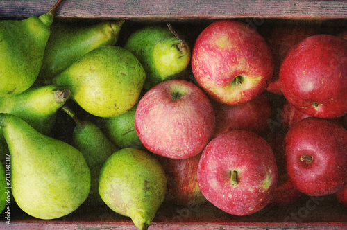 Photo Ripe green pears and red apples in a wooden box with grunge texture, top view