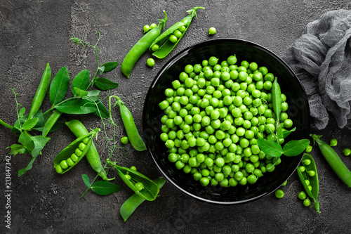 Vászonkép Green peas with pods and leaves