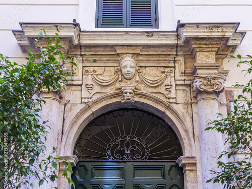 In de dag Oude gebouw ROME, ITALY, on March 11, 2017. A facade of the old building in a historical part of the city. The entrance door