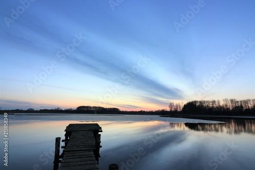 Fotografia  einsamer Steg am See im Winter, Konzept Tod, Trauerkarte, Bestattung