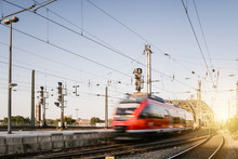 Regionalzug Fährt In Kölner Bahnhof Ein