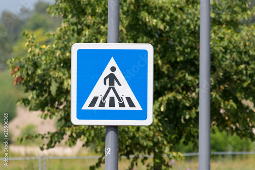 Fotografía  Ein Verkehrszeichen mit dem Hinweis auf einen Zebrastreifen
