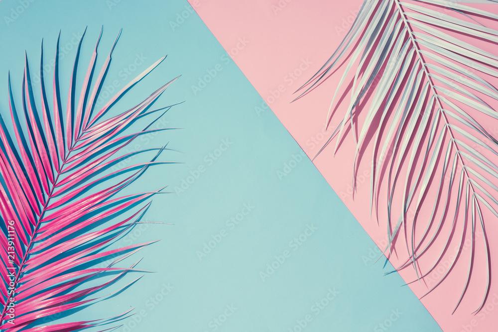 Tropikalny jasne kolorowe tło z egzotycznych liści tropikalnych palm. Koncepcja minimalnej mody letniej. Leżał płasko.