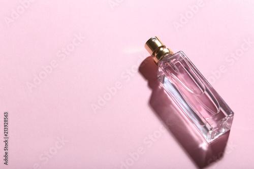 Fotografía  Perfume bottle on pink background
