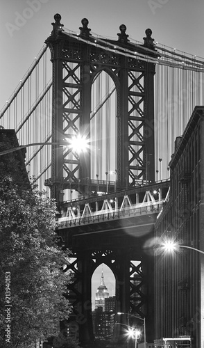 In de dag New York City Black and white picture of the Manhattan Bridge seen from Dumbo, neighborhood of Brooklyn at dusk, New York City, USA.