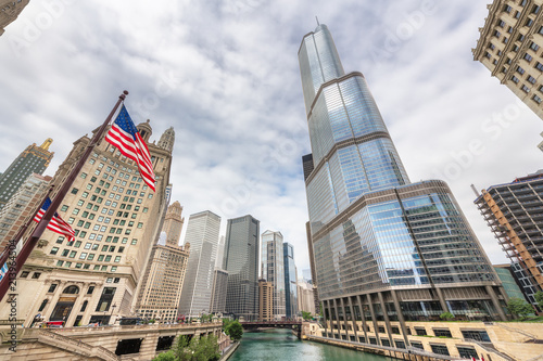 Foto op Canvas Verenigde Staten Chicago Downtown and Chicago river at summer cloudy day, Illinois, USA.