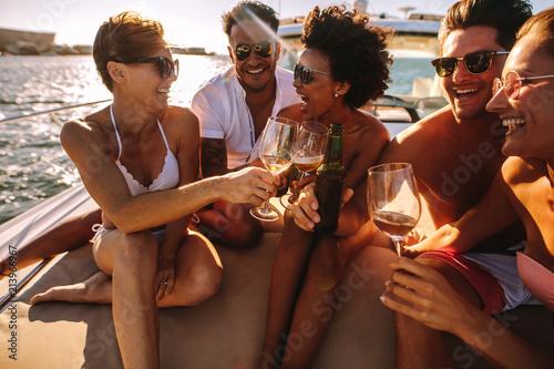 Carta da parati Friends having drinks on yacht deck