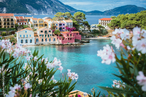 Fotomural White and lilac flower blossom in front of turquoise colored bay in Mediterranea