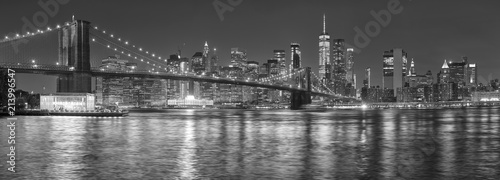 Tuinposter New York City Black and white picture of New York City skyline at night, USA.