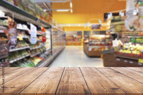Cuadros en Lienzo Empty wood table top on shelf in supermarket blurred background